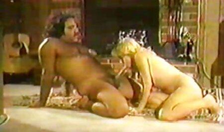 彼は同時に三つの鶏を引っ張り、再び二つの雄鶏を彼の手に引っ張った。 セックスの後、男性は周りに立って、彼らの精液で彼らの顔と体を埋める 女の子 の ため の エッチ ビデオ