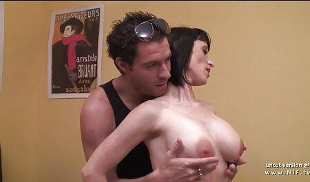 大きなlinggaとドレスのお守りを持つブルネット 女の子 向け セックス 動画